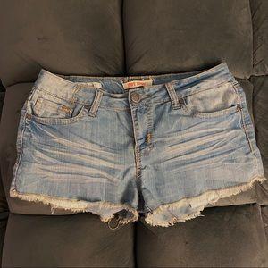 hot kiss medium wash shorts 💋